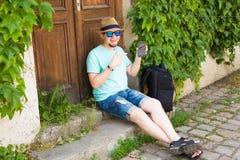Gladlynt maninnehav och utomhus- pekasmartphone royaltyfria foton