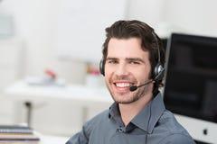 Gladlynt manlig call centeroperatör arkivbild