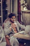 Gladlynt manlig person som ser rak på hans grej arkivbild
