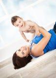 Gladlynt moder med den lilla sonen Royaltyfri Fotografi