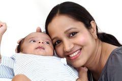 Gladlynt moder som spelar med nyfött arkivbild