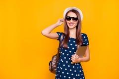Gladlynt och att charma, realitet, nätt flicka med ryggsäcken på shoul arkivfoton