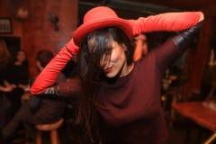 Gladlynt och härlig ung kvinna som ler och dansar i nattklubben royaltyfria bilder