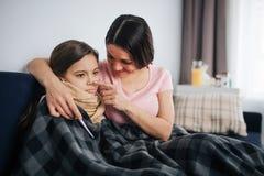 Gladlynt och positiv ung moderomfamning och att trösta hennes barn Hon trycker på spets av hm näsan Sjuk liten flickablick och at fotografering för bildbyråer