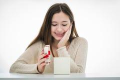 Gladlynt och upphetsad tonåring med gåvaasken Arkivfoto