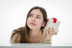 Gladlynt och upphetsad tonåring med gåvaasken Arkivbild