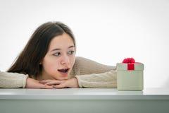 Gladlynt och upphetsad tonåring med gåvaasken Arkivfoton