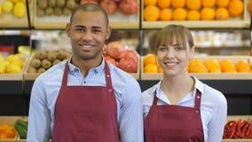 Gladlynt olikt shoppar kontorister på livsmedelsbutiken arkivfilmer
