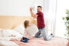 Gladlynt pappa och flicka som har en kuddestrid Royaltyfria Foton