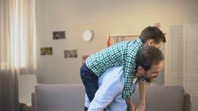Gladlynt pappa och son som spelar flygplanet, lyckliga familjögonblick, barndom stock video