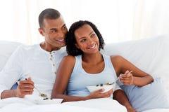 gladlynt par för underlagfrukost som har deras Royaltyfri Fotografi