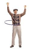 Gladlynt pensionär med ett hulabeslag arkivbild