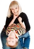 gladlynt pojke hans moder Royaltyfri Bild