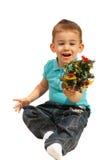 Gladlynt pojke med den mycket små Xmas-treen Royaltyfri Fotografi