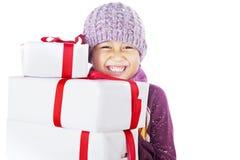 Gladlynt pojke och julgåvor som isoleras i white Arkivbild