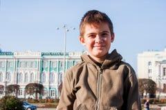 Gladlynt pojke på backg Arkivbilder