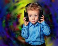 Gladlynt pojke som lyssnar till musik fotografering för bildbyråer