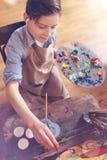 Gladlynt pojke som lyssnar till musik, medan skapa bilden Fotografering för Bildbyråer