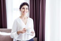 Gladlynt positiv kvinna som tycker om hennes underbara morgon royaltyfri fotografi