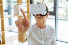 Gladlynt positiv kvinna som tycker om verklighet 3d Arkivbild