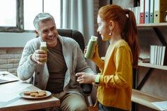 Gladlynt positiv man som ler till hans dotter royaltyfri foto