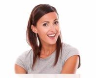 Gladlynt rolig kvinna som visar henne lycka fotografering för bildbyråer
