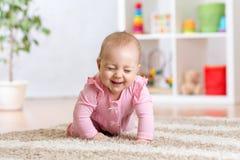 Gladlynt roligt behandla som ett barn krypning inomhus hemma Royaltyfri Fotografi