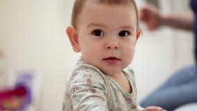 Gladlynt roligt litet barn som inomhus grimacing med tänder, roligt uttryck stock video