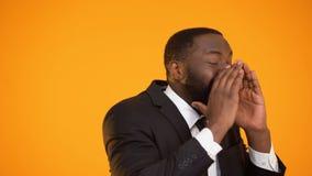 Gladlynt säker afro--amerikan man i dräkt som kallar för handling, varm proposition lager videofilmer