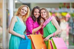 Gladlynt shoppare royaltyfria foton