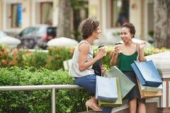 Gladlynt shoppare arkivbild
