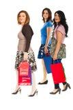 gladlynt shoppare som går kvinnor Royaltyfri Fotografi