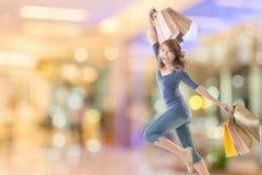 gladlynt shoppingkvinna royaltyfri foto