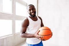 Gladlynt skäggig idrottsman nenutbildning med bollen Arkivfoton