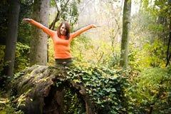 gladlynt skogkvinna arkivbild