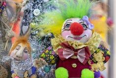 Gladlynt smilling clown för leksak i ljus kläder arkivfoto