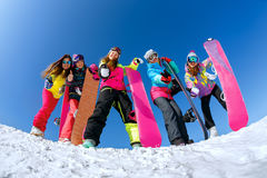 Gladlynt snowboarder som överst poserar av ett berg royaltyfri bild