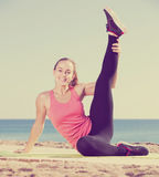 Gladlynt sportig kvinna som övar yoga Royaltyfri Foto