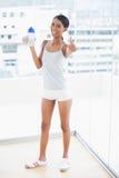 Gladlynt sportig modell som upp till ger kameran för tummar Arkivbilder