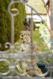 Gladlynt staty av en pojke i trädgården Royaltyfria Foton