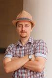 Gladlynt stilfull grabb i hattbenägenhet på väggen utomhus Royaltyfri Bild