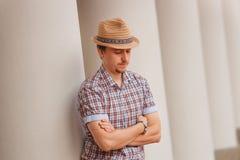 Gladlynt stilfull grabb i hattbenägenhet på väggen utomhus Arkivfoton