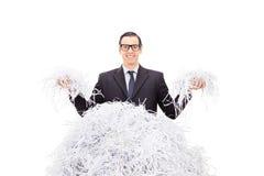 Gladlynt strimlat papper för affärsman innehav Arkivbild