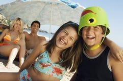 Gladlynt syskon som tycker om strandsemester Royaltyfri Bild