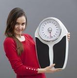 Gladlynt 20-talflicka som rymmer hennes väga skala med stolthet för weightloss Fotografering för Bildbyråer