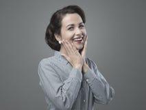 Gladlynt 50-talkvinna som känner sig enorm Fotografering för Bildbyråer