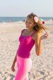 Gladlynt teen flicka på stranden Arkivbilder
