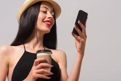 gladlynt telefon för cell genom att använda kvinnan arkivbild