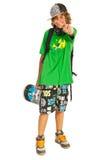 Gladlynt tonårigt med skateboarden Arkivfoton