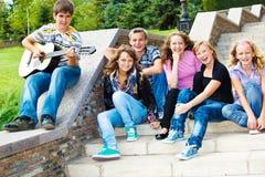 gladlynt tonåringar arkivfoto